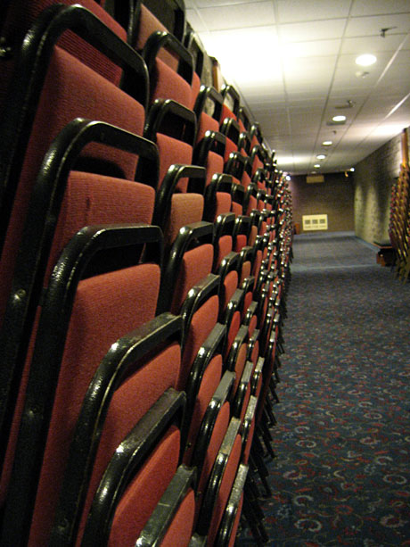 chaises empilées le long d'un couloir