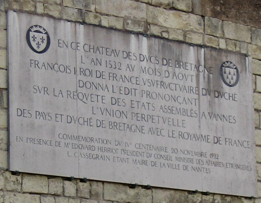 plaque sur le château, commémorant la visite de François Ier venu unir la Bretagne et la France